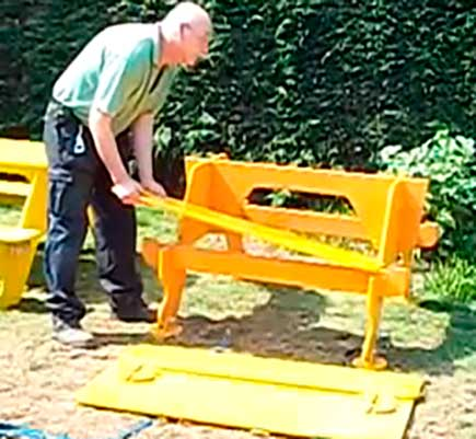 устанавливаем сидения и поверхность стола